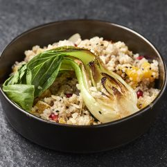 Quinoasaláta, pak choi (vegán)